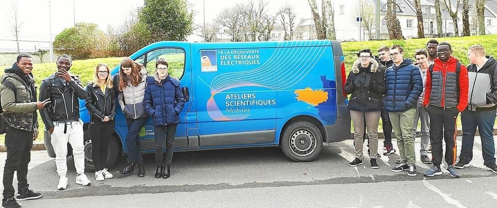 Les élèves du Lycée Dupuy de Lôme autour du fourgon « Watt is smart ».